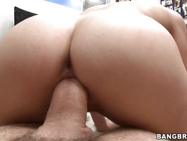 Elegant young Natalia Rogue gives a very special orall-service