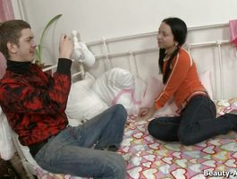 Dick loving fascinating Cindy used an opportunity to give a blow job to a man